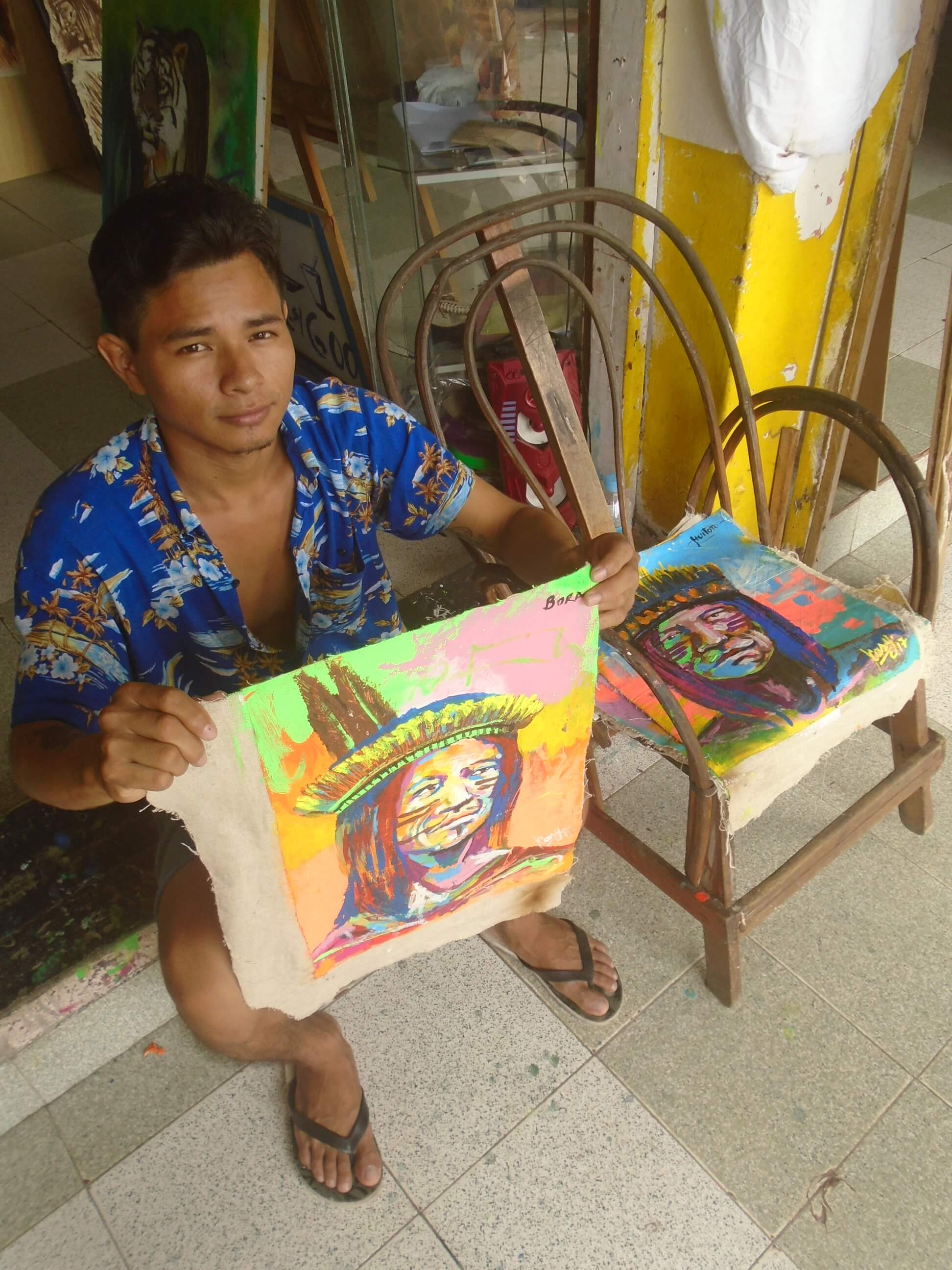 Artista local de Iquitos, Perú con una de sus obras pop art.