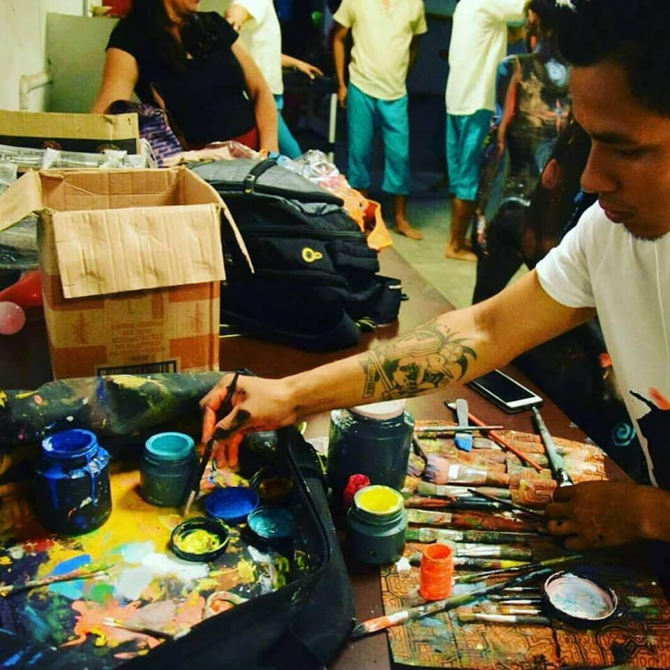 Pintor amazonico local pintando en Iquitos, Peru
