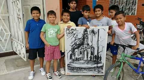 Artista local junto a niños interesados en el arte en Iquitos, Peru