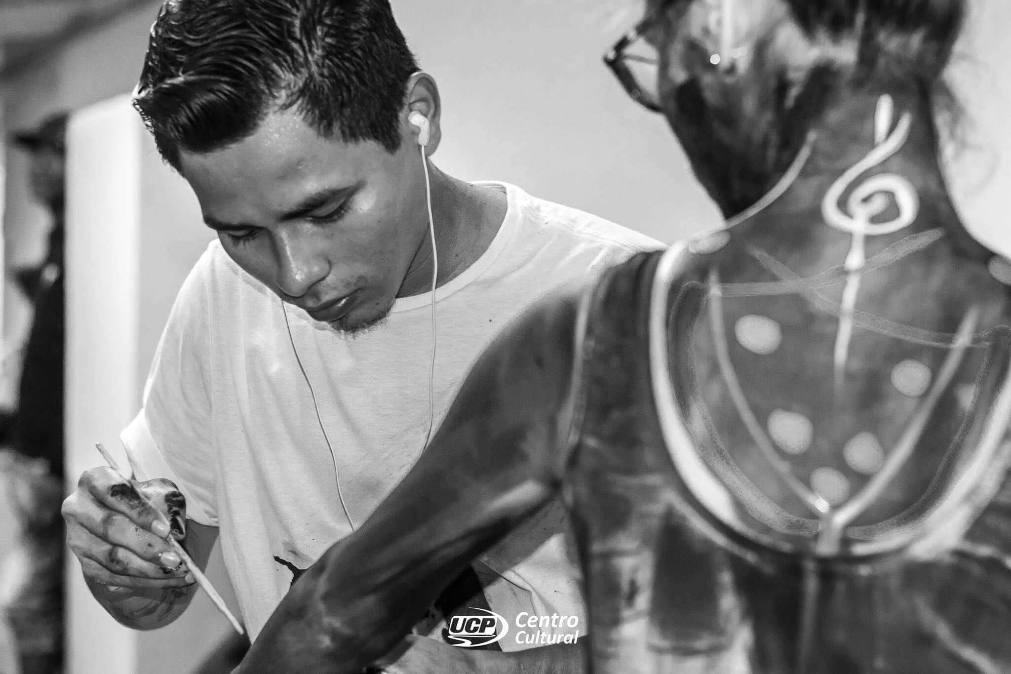 Artista local Kasy de Iquitos pintando un cuerpo humano