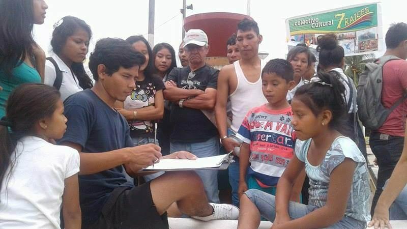 Artista local dibujando retrato en las calles de Iquitos, Peru